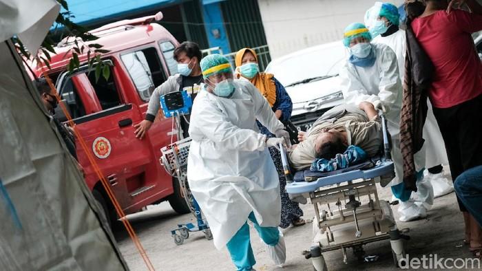 Sejumlah rumah sakit di Jakarta mulai fungsikan tenda darurat sebagai tempat penanganan pasien Corona. Salah satunya RSUD Kramat Jati di Jakarta Timur.