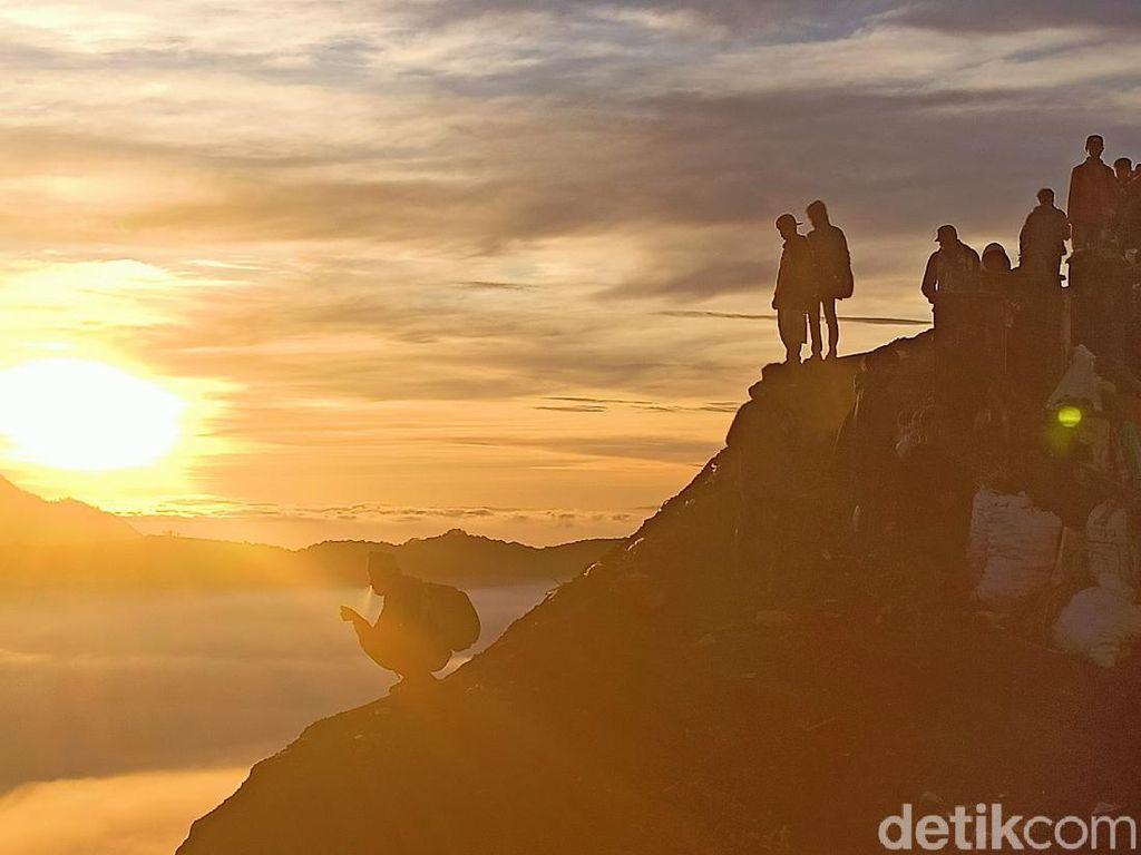 Foto: Sunrise Magis dan Negeri di Atas Awan Bromo