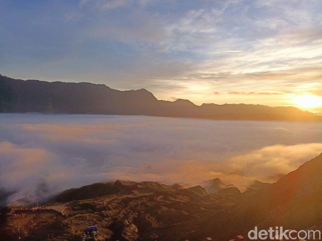 Siapa Kangen Bromo? Lihat Dulu Sunrise Cantik Negeri di Atas Awan Ini