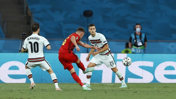 SEVILLE, SPAIN - JUNE 27: Thorgan Hazard of Belgium scores their side's first goal during the UEFA Euro 2020 Championship Round of 16 match between Belgium and Portugal at Estadio La Cartuja on June 27, 2021 in Seville, Spain. (Photo by Marcelo Del Pozo - Pool/Getty Images)
