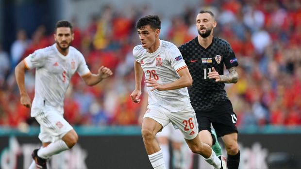 COPENHAGEN, DENMARK - JUNE 28: Pedri of Spain runs with the ball during the UEFA Euro 2020 Championship Round of 16 match between Croatia and Spain at Parken Stadium on June 28, 2021 in Copenhagen, Denmark. (Photo by Stuart Franklin/Getty Images)