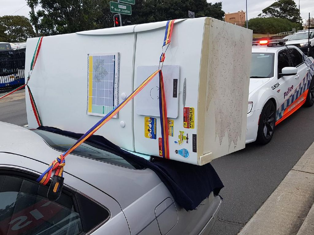 Di Australia Camry Bawa Kulkas Ditilang, di Sini Bawa Kulkas Pakai Motor!