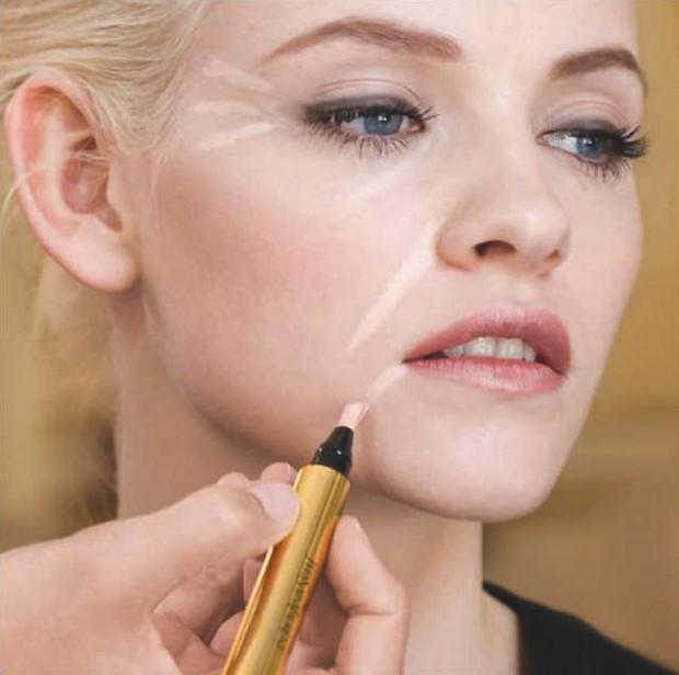 Gunakan concealer untuk kontur wajah dan menutup flaws.
