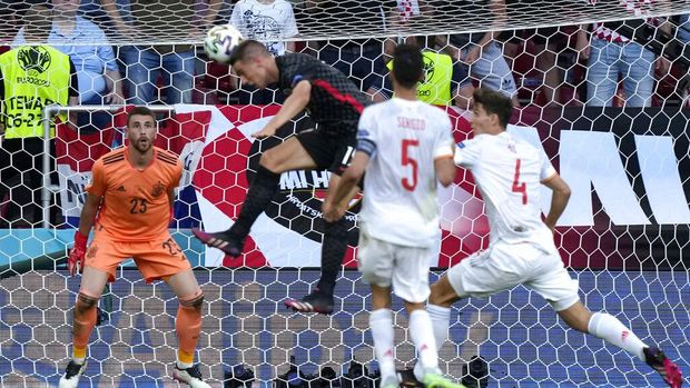 Spain's goalkeeper Unai Simon, left, watches as Croatia's Mario Pasalic, center, scores his side's third goal during the Euro 2020 soccer championship round of 16 match between Croatia and Spain at Parken stadium in Copenhagen, Denmark, Monday, June 28, 2021. (AP Photo/Martin Meissner, Pool)