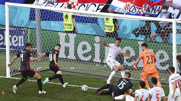Croatia's Mislav Orsic, second left, scored against Spain during the Euro 2020 soccer championship round of 16 match between Croatia and Spain, at Parken stadium in Copenhagen, Denmark, Monday, June 28, 2021. (Wolfgang Rattay, Pool via AP)