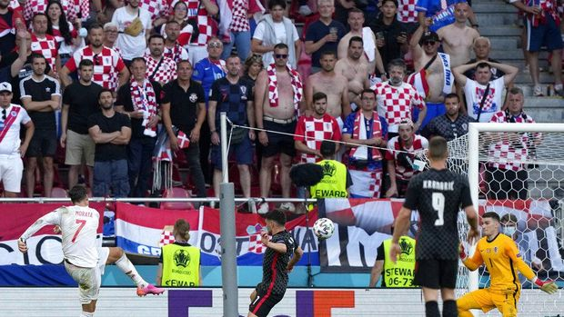 Spain's Alvaro Morata, left, scores his side's fourth goal during the Euro 2020 soccer championship round of 16 match between Croatia and Spain at Parken stadium in Copenhagen, Denmark, Monday, June 28, 2021. (AP Photo/Martin Meissner, Pool)