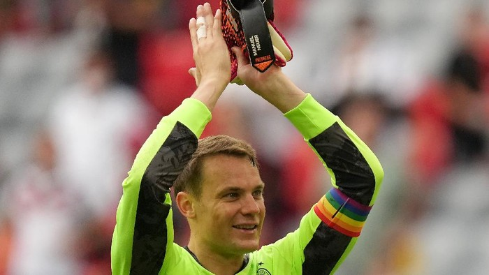 MUNICH, GERMANY - JUNE 19: Manuel Neuer of Germany applauds the fans following victory in the UEFA Euro 2020 Championship Group F match between Portugal and Germany at Football Arena Munich on June 19, 2021 in Munich, Germany.  (Photo by Matthias Schrader - Pool/Getty Images)