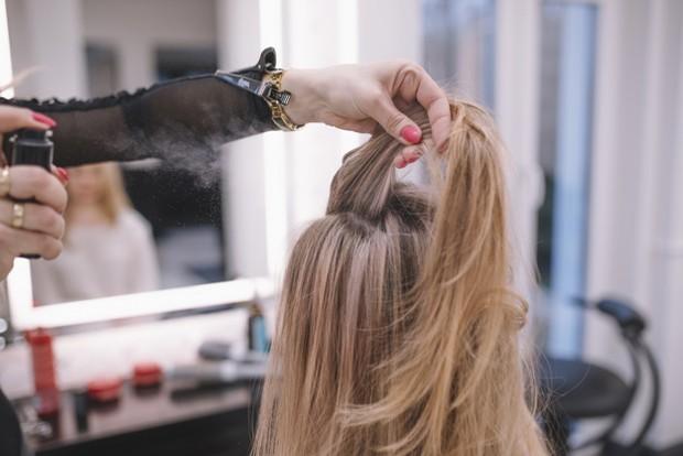 Semprotkan dry shampoo ke akar rambut/freepik.com