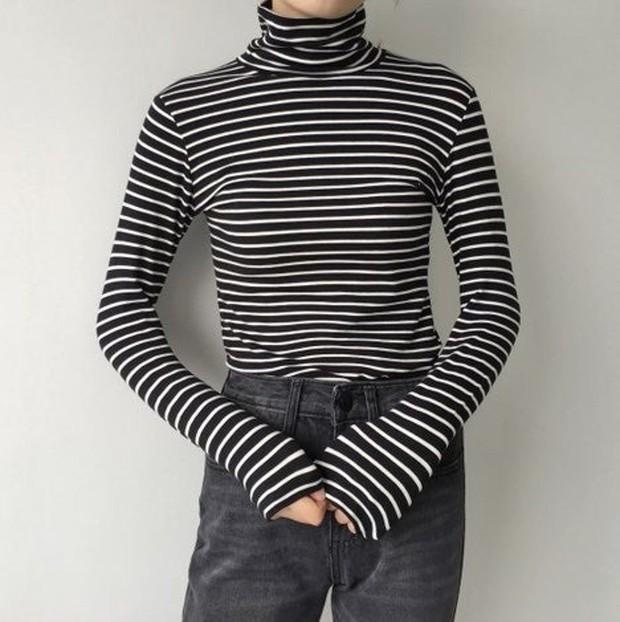 Tampil kasual dengan striped turtleneck dan jeans.
