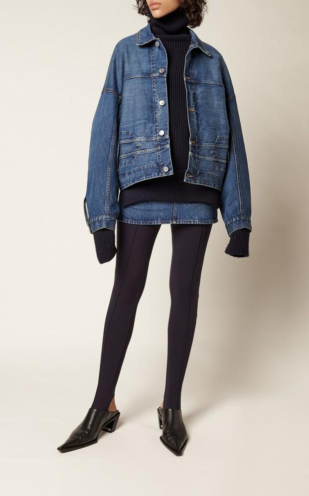 Memadukan sweater turtleneck dengan denim jacket.