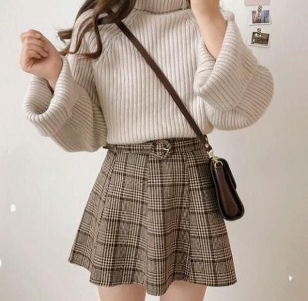Tampilkan sisi manis, anggun, dan feminin, padukan sweater turtleneck dengan mini skirt.