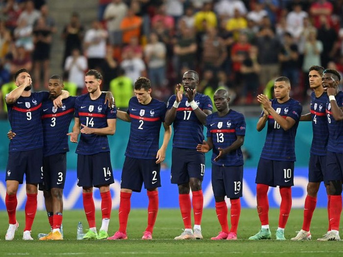 BUCHAREST, ROMANIA - JUNE 28: Players of France celebrate their sides third penalty scored by Marcus Thuram (not pictured) in the penalty shoot out during the UEFA Euro 2020 Championship Round of 16 match between France and Switzerland at National Arena on June 28, 2021 in Bucharest, Romania. (Photo by Justin Setterfield/Getty Images)