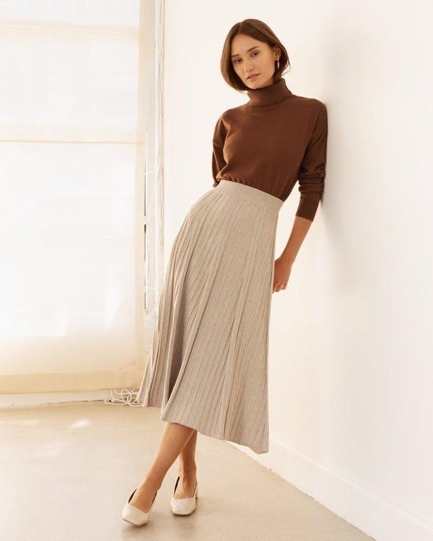 Turtleneck dan jumper skirt bisa memberi kesan formal dan casual.