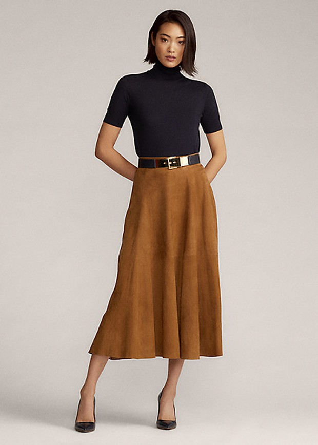 Tampak formal padukan turtleneck dengan midi skirt dan juga high heels.