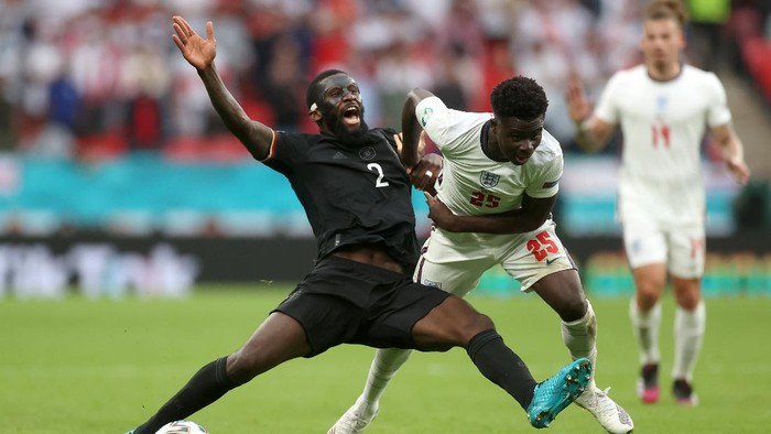 LONDON, ENGLAND - JUNE 29: Antonio Ruediger of Germany is challenged by Bukayo Saka of England during the UEFA Euro 2020 Championship Round of 16 match between England and Germany at Wembley Stadium on June 29, 2021 in London, England. (Photo by Carl Recine - Pool/Getty Images)