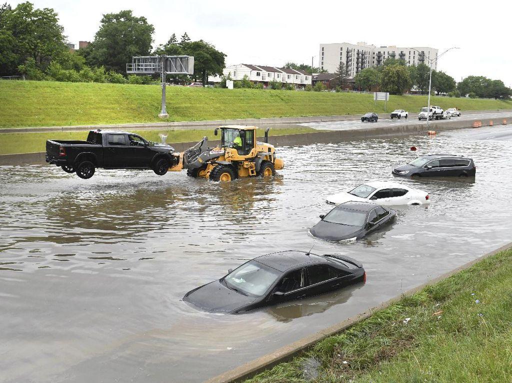 Pabrik Kebanjiran, Ratusan Mobil Baru Terendam Sampai Atap