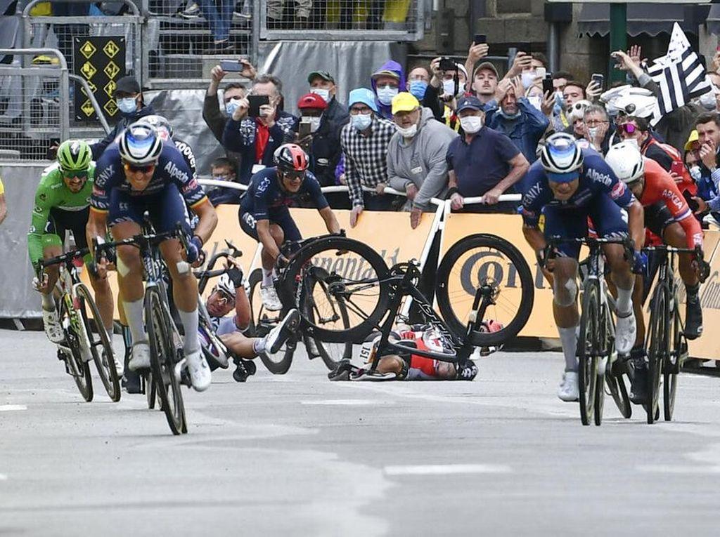 Berdarah-darah Demi Finis Pertama di Tour de France
