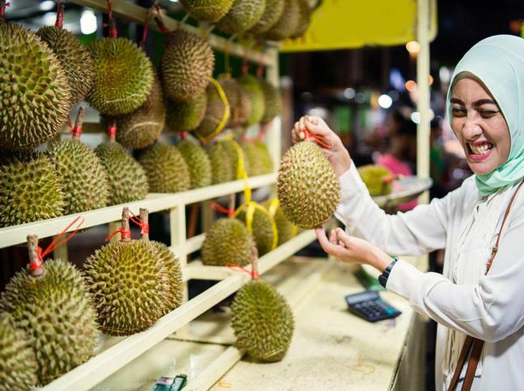 Waduh! Penjual Durian Tipu Pembeli  dengan Durian Black Thorn Palsu