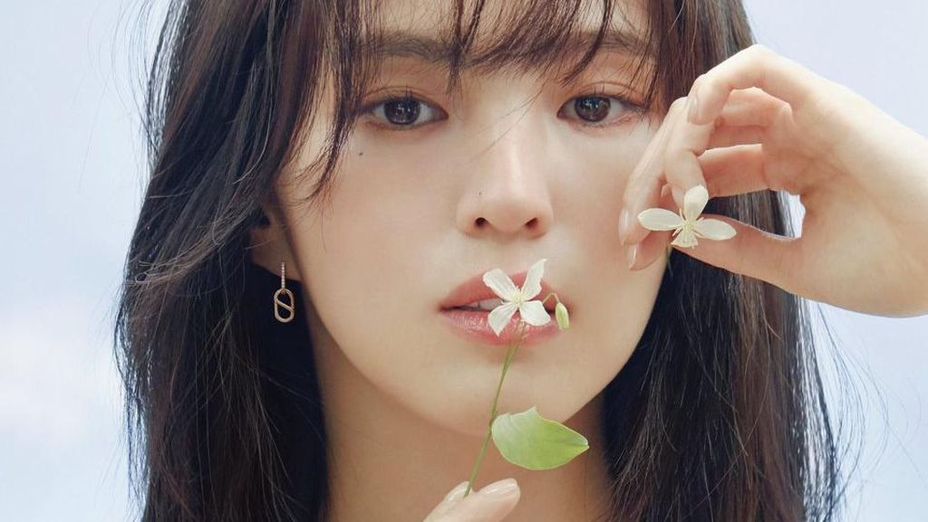 Cantik Paripurna! 8 Gaya Han So Hee, Pemain Nevertheless di Pemotretan Terbaru