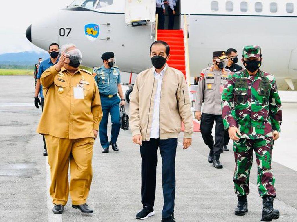 Tinjau Vaksinasi di Kendari, Jokowi Mendadak Pakaikan Jaketnya ke Warga