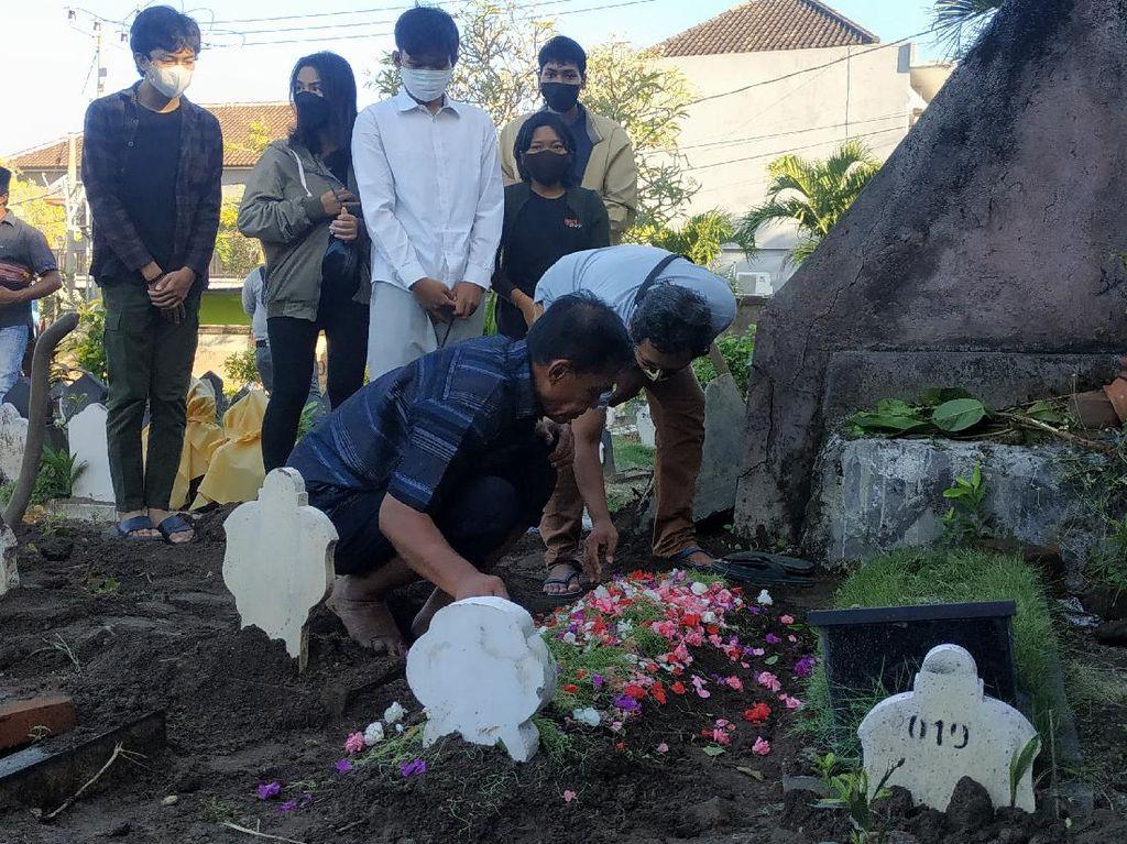 Pemakaman 2 Remaja Kakak Adik Korban KMP Yunicee di Denpasar