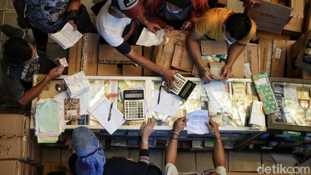 Membludaknya Permintaan Kebutuhan Medis di Pasar Pramuka