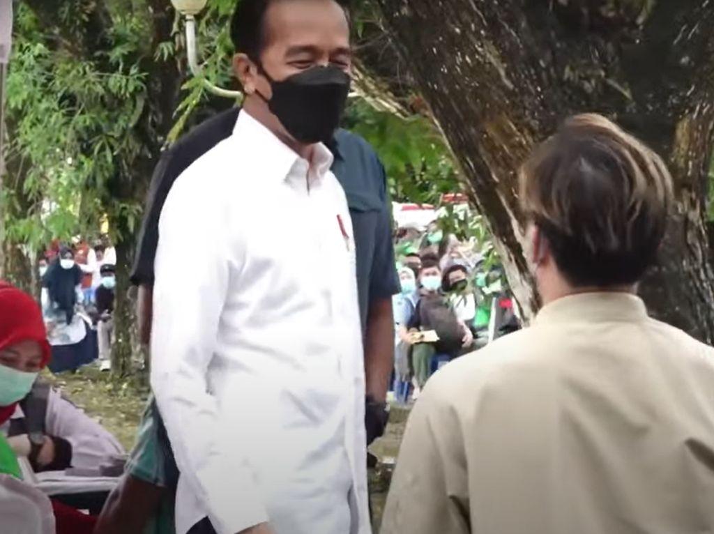 Cerita Steven Senang Luar Biasa Saat Dipakaikan Jaket oleh Jokowi di Kendari