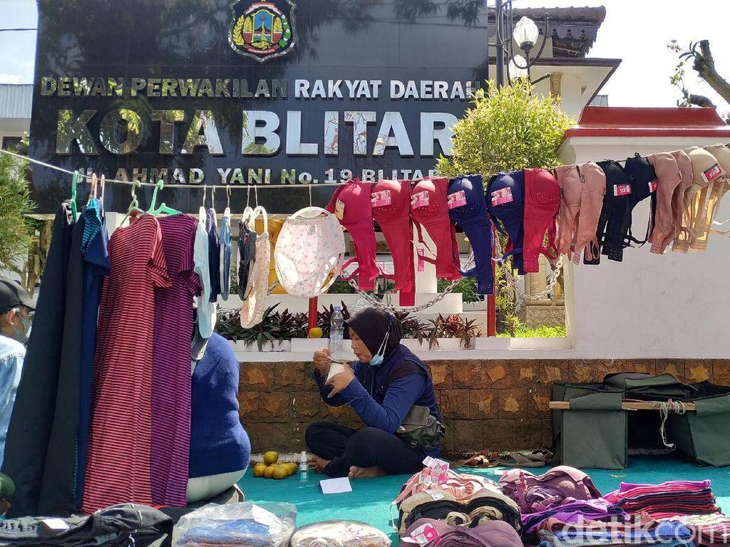 Saat Pedagang Buka Lapak Pakaian Dalam di Depan DPRD Kota Blitar