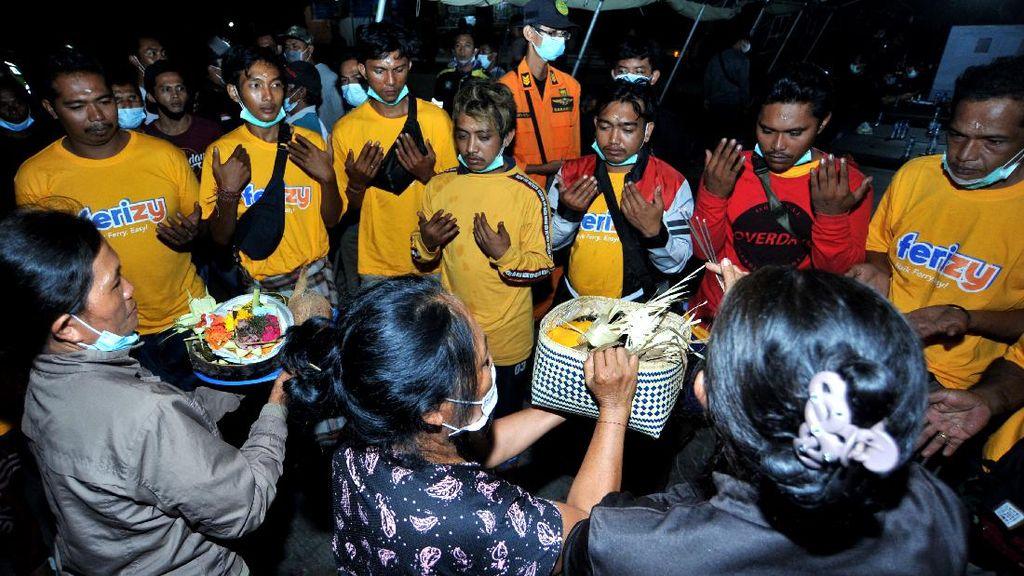 Potret Ritual untuk Korban Selamat KMP Yunicee