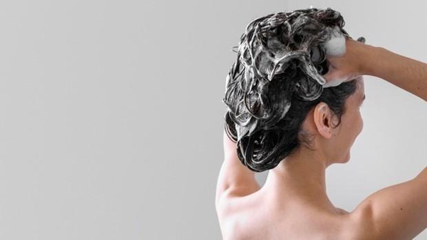 Membilas rambut dengan air panas seusai berkeramas malah membuat rambut menjadi rapuh dan menurunkan fungsi dari shampoo.