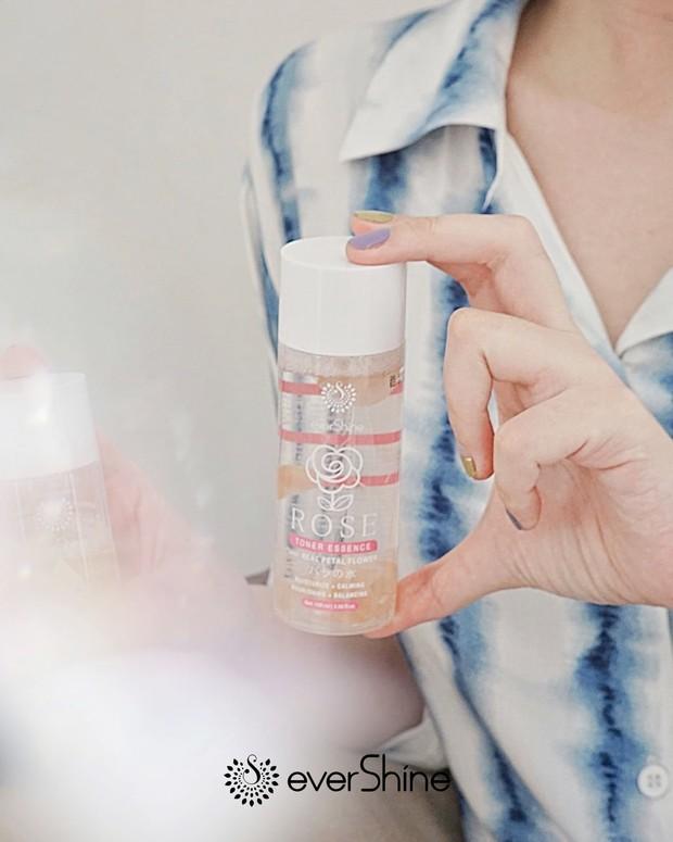 Evershine Rose Toner Essence, produk skincare dengan kandungan kelopak bunga asli.
