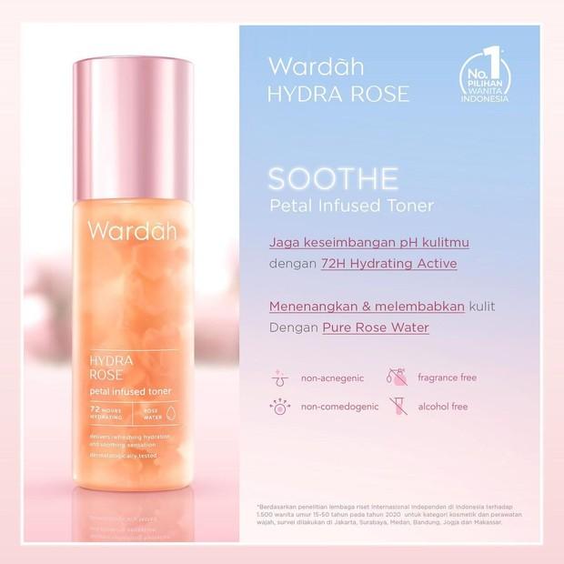 Wardah Hydra Rose, produk hydrating toner yang memiliki kelopak bunga asli dalam kemasan.