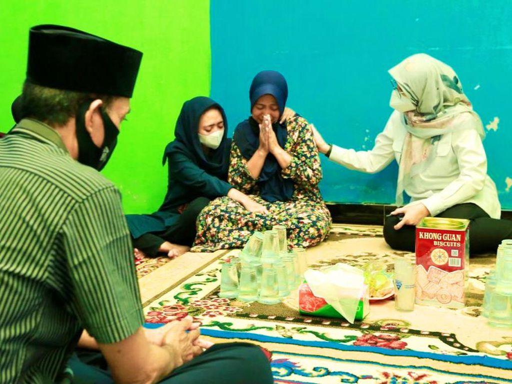 Bupati Ipuk Sampaikan Duka Cita ke Keluarga Korban KMP Yunicee