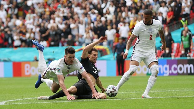 LONDON, ENGLAND - JUNE 29: Leon Goretzka of Germany is fouled by Declan Rice of England leading to a free kick being awarded during the UEFA Euro 2020 Championship Round of 16 match between England and Germany at Wembley Stadium on June 29, 2021 in London, England. (Photo by Carl Recine - Pool/Getty Images)