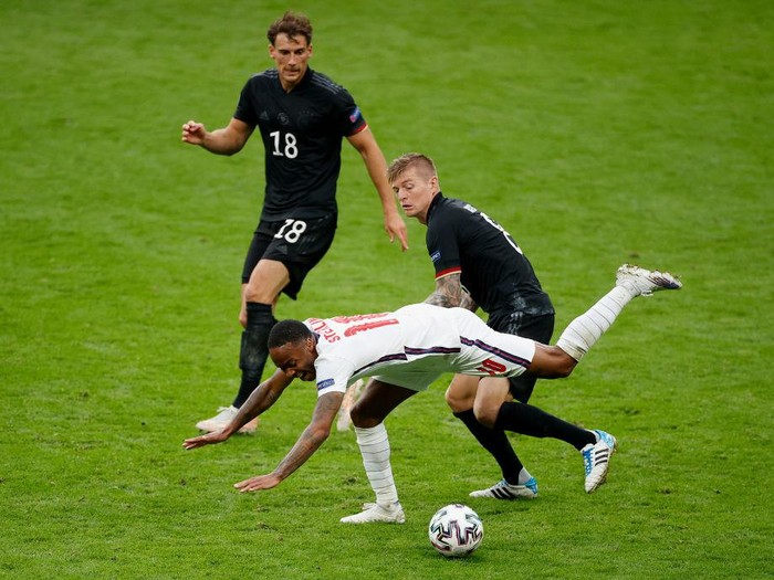 LONDON, ENGLAND - JUNE 29: Raheem Sterling of England is challenged by Toni Kroos of Germany during the UEFA Euro 2020 Championship Round of 16 match between England and Germany at Wembley Stadium on June 29, 2021 in London, England. (Photo by John Sibley - Pool/Getty Images)