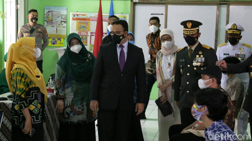 Anies Tinjau Vaksinasi Bagi Anak di SMAN 20 Jakarta