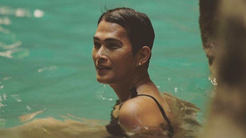 6 Gaya Oscar Lawalata Liburan di Sumba, Percaya Diri Berbusana Wanita