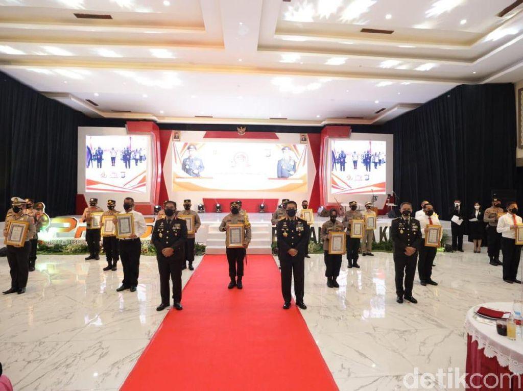 Dua Polisi Surabaya Dapat Penghargaan di Hari Bhayangkara