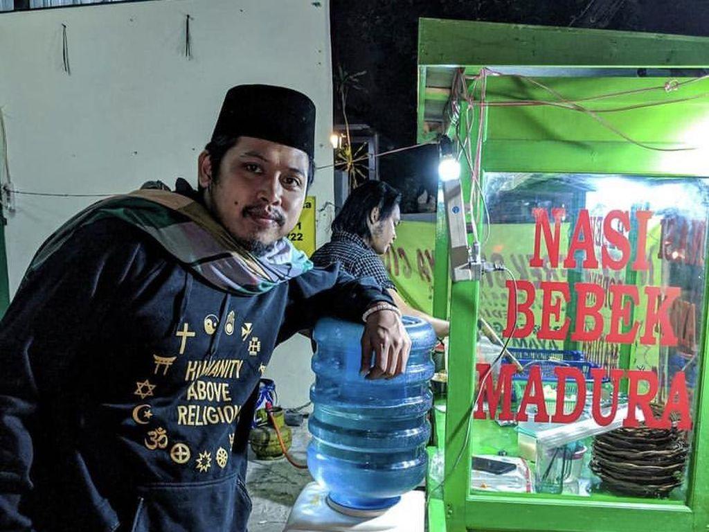 Tetap Lucu Meski Sedang Makan, Aksi Kocak Tretan Muslim Saat Makan Nasi Bebek
