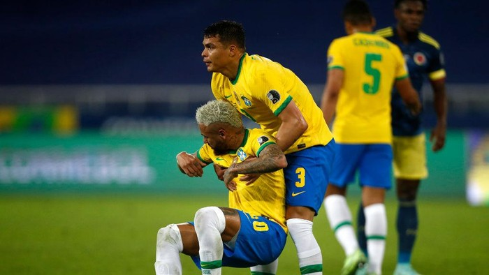 RIO DE JANEIRO, BRAZIL - JUNE 23: Neymar Jr. of Brazil reacts after suffering an injury as teammate Thiago Silva helps him stand up during a Group B match between Brazil and Colombia as part of Copa America Brazil 2021 at Estadio Olímpico Nilton Santos on June 23, 2021 in Rio de Janeiro, Brazil. (Photo by Wagner Meier/Getty Images)