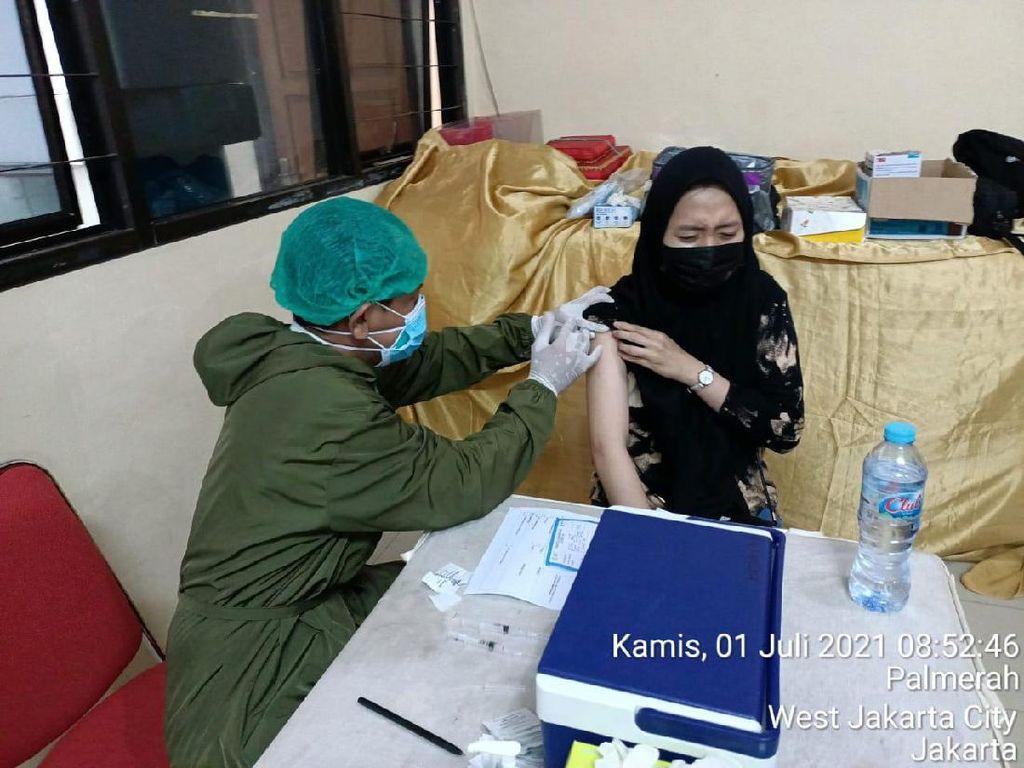 Polisi Gelar Vaksinasi COVID di RT03/011 Palmerah: 200 Berhasil, 7 Gagal
