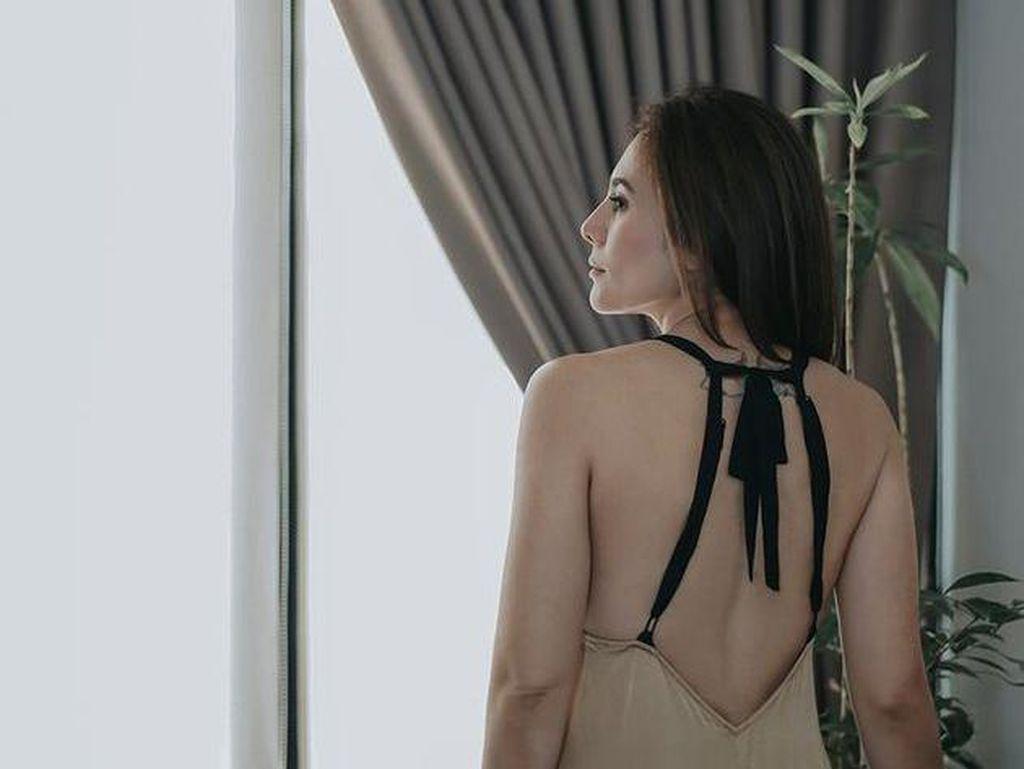 8 Pesona Wulan Guritno Pakai Baju Backless, Punggungnya Terekpos
