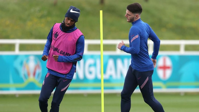 BURTON UPON TRENT, ENGLAND - JUNE 28: Marcus Rashford and Declan Rice of England warm up during the England Training Session at St Georges Park on June 28, 2021 in Burton upon Trent, England. (Photo by Catherine Ivill/Getty Images)