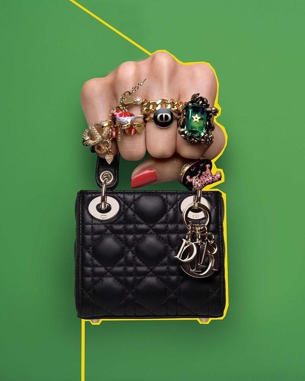 Rumah mode Dior mengeluarkan seri terbaru tas mewah, Dior Micro Bag pada Juni 2021.