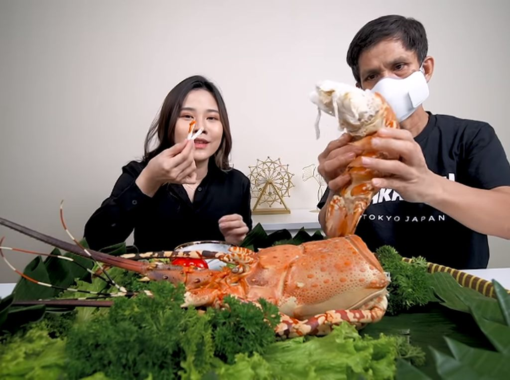 Gokil! Jessica Jane Mukbang Bakso Jumbo hingga Lobster 2 Kg