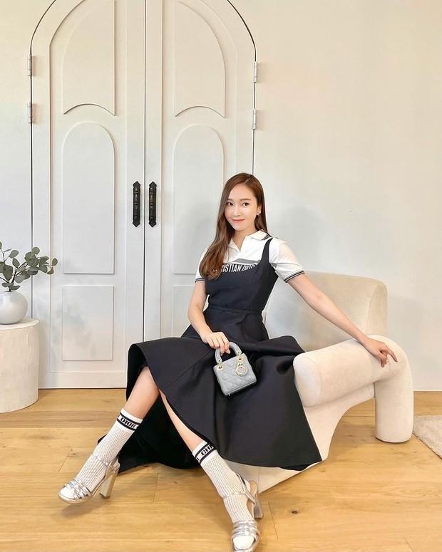 Jessica Jung berpose dengan tas mewah Micro Lady Dior Bag.