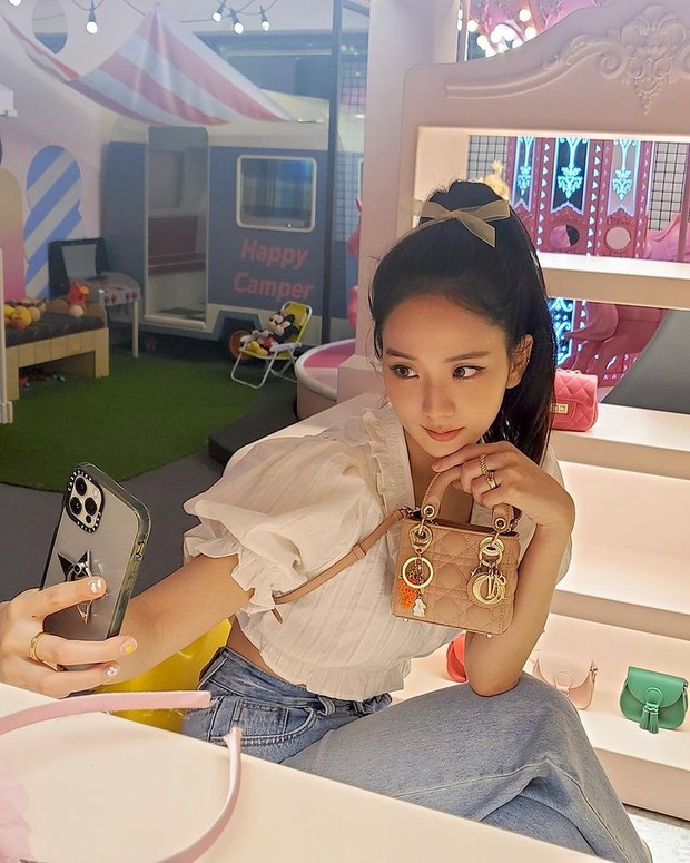 Jisoo 'Blackpink' dengan tas mewah Micro Lady Dior Bag.