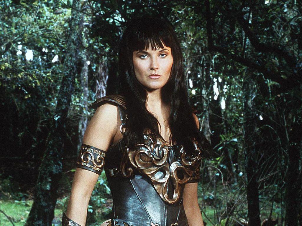 7 Potret Lucy Lawless, Pemeran Xena: Warrior Princess Dulu vs. Kini