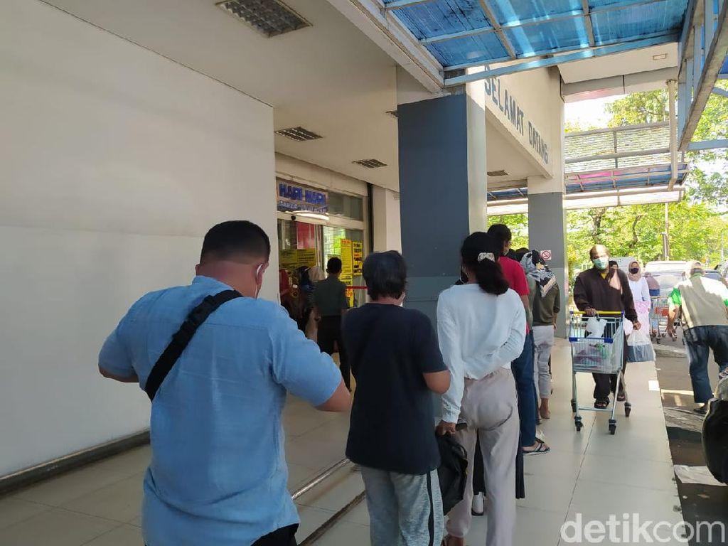 Antrean Pengunjung di Supermarket Mengular, Panic Buying atau Bukan?