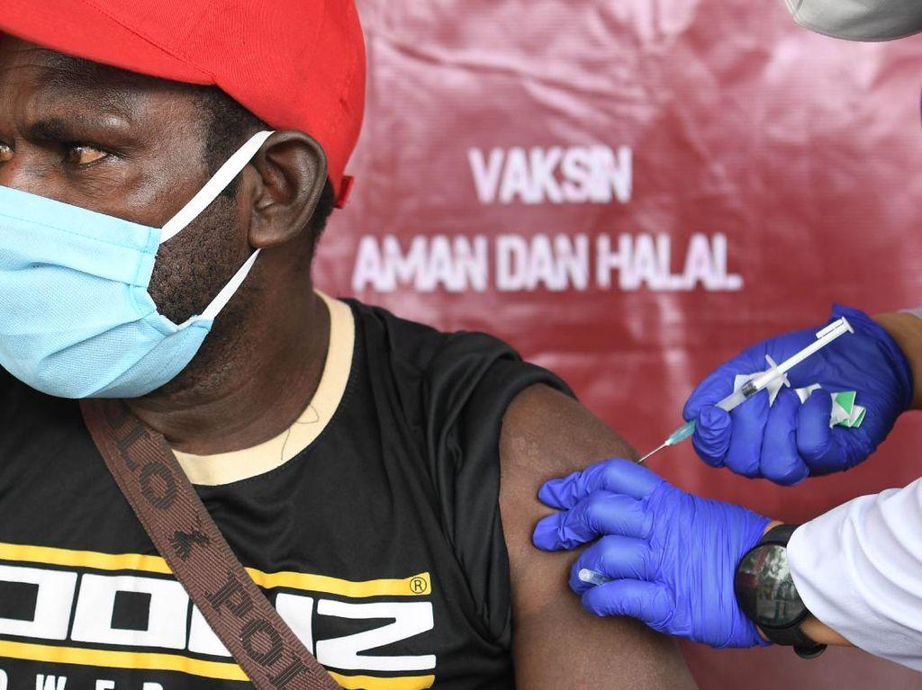 Potret Vaksinasi Warga di Timur Indonesia